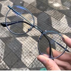 Glasses Frames Trendy, Nice Glasses, Glasses Trends, Lunette Style, Accesorios Casual, Fashion Eye Glasses, Sunglasses Shop, Sunglass Frames, Eyeglasses