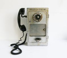 https://www.etsy.com/fr/listing/231134638/annees-1940-des-telephones-payants?ga_order=most_relevant&ga_search_type=vintage&ga_view_type=gallery&ga_search_query=1940&ref=sr_gallery_7