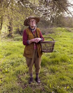 Charlotte Molesworth, the 'Queen of Topiary', at the Great Dixter Spring Plant Fair yesterday. Most Beautiful Pictures, Cool Pictures, Farm Fashion, Gamine Style, Spring Plants, Granny Chic, Fall Trends, Garden Styles, Best Memes