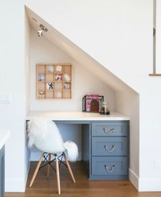 18 Useful Designs for Your Free Under Stair Storage Take advantage of unused space under the basement stairs with these inexpensive (and DIY! Office Under Stairs, Under Stairs Nook, Home Office Space, Home Office Decor, Home Decor, Office Ideas, Desk Ideas, Desk Space, Office Spaces