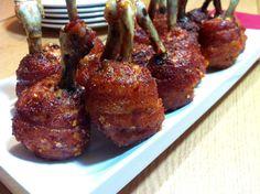 """Cogiendo como base """" las bolas de pollo fritas"""" de los restaurantes chinos, pensé en hacerlas menos grasientas, así que decidí hornearlos, pero el pollo sólo quedaba como muy soso, así que lo envolví con media loncha de bacon. Hay muchas más recetas como ésta, sólo que yo me dije... y si las unto de miel antes de pasarlas por las especias... y el resultado es para chupar hasta los huesos."""