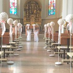 Kirchendeko Hochzeit mit Ständern und Blumenkugel