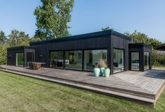 I like the steps Off Grid House, House Design Pictures, Black House Exterior, Casas Containers, Shed Homes, Forest House, Facade House, House Layouts, My Dream Home