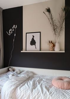 wat een mooie kamer heeft Pien gekregen! slaapkamer, meisjeskamer, kinderkamer, vlak op de muur, stipjesdekbed Small Room Bedroom, Home Bedroom, Kids Bedroom, Flat Interior, Modern Interior, Stick Centerpieces, Pink Spray Paint, Black Walls, Farrow Ball