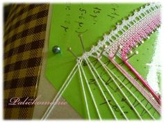 tip-cross deux paires extrêmes Bobbin Lace, Lace Detail, Triangle, Bobbin Lace Patterns, How To Make, Hipster Stuff, Needlepoint, Tutorials, Projects