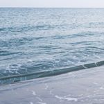 nalブログ。写真と旅と言葉たち。nalblog.com 浜辺の朝 一日の始まり  浜辺の朝  寄せては返す波の音  水平線のむこう   ひんやりとした砂浜を  裸足で歩く   波の音を聞きながら  今日の始まりを一歩一歩    「浜辺の朝」  写真:©2014 Yuko Yamada. All Rights Reserved. 撮影地:島根県浜田市 使用カメラ:デジタル一眼レフカメラ Canon EOS Kiss X4 レンズ:18mm(EF-S 18-55mm f/3.5-5.6 IS) 露出:1/60秒f/3.5, ISO 800 一脚使用:Manfrotto