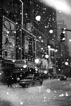 Black and White Vintage Photography: Take Photos Like A Pro With These Easy Tips – Black and White Photography Black And White Picture Wall, Black And White Wallpaper, Black And White Pictures, Black White, Snow Photography, Christmas Photography, Vintage Photography, Photography Women, Times Square