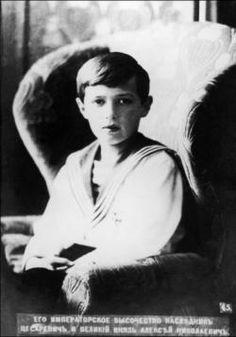 dit is Aleksej Nikolajevitsj de enige zoon van tsaar Nicolaas dus ook de troonopvolger. maar dat is nooit gebeurd wat de familie werd vermoord op 17 juli 1918 toen was hij 13 jaar.