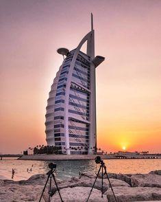 Wer Luxus der Superlative erleben möchte, der ist in Dubai genau richtig! Unser Artikel verrät euch, was ihr in der Megastadt so alles unbedingt sehen und tun solltet! Burj Al Arab, Sharjah, Dubai Uae, Modern Buildings, United Arab Emirates, Luxury Life, Skyscraper, Tourism, Places To Visit