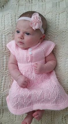 Ravelry: Paulina Dress by Taiga Hilliard Designs -- free pattern Kids Knitting Patterns, Knitting For Kids, Baby Patterns, Girls Knitted Dress, Knit Baby Dress, Kangaroo Baby, Foto Baby, Baby Vest, Knitted Baby Blankets