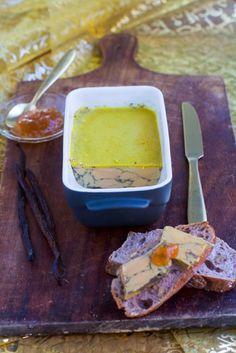 Tous les ans pour les fêtes (enfin, depuis 3 ans, j'avoue !) je réalise un foie gras maison. C'est tellement chouette de choisir ses assaisonnements, et sa cuisson ! Mais en général je le fais tout juste pour les fêtes, du coup je n'avais jamais pu vous en parler. Labeyrie m'a proposé de plancher sur une version de foie gras à partir de leur foie gras cru. J'avais peut-être (sans doute!) envie de saveurs des îles, je me suis donc tournée vers la vanille et le rhum, pour ré...