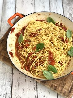 A super simple roast tomato pasta sauce recipe that's perfect tossed through freshly cooked spaghetti for an easy summer dinner the whole family will love! Roasted Tomato Pasta, Tomato Pasta Recipe, Pasta Sauce Recipes, Roasted Tomatoes, Salad Recipes, Summer Pasta Recipes, Easy Pasta Recipes, Beef Recipes, Recipies