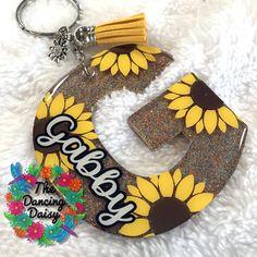 Diy Resin Keychain, Dog Keychain, Acrylic Keychains, Keychain Ideas, Keychain Design, Diy Resin Crafts, Fun Crafts, Dancing Daisy, Cricut Monogram