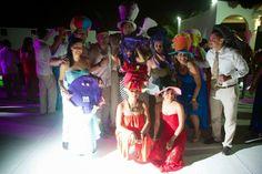 Pon el ambiente en tu fiesta con divertidos artículos, ideales para tu boda en playa por Bodas Huatulco.