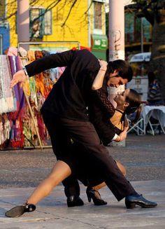 Tango dans la rue à Buenos Aires. It takes two to Tango. Dancing In The Rain, Swing Dancing, Shall We ダンス, Burlesque, Tango Dancers, The Embrace, Dance Movement, Argentine Tango, Salsa Dancing