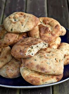 bröd till grillat kryddat med persilja, vitlök, chilli, fetaost