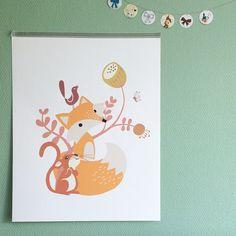 """Ellen is de ontwerpster van het vrolijke #roodborstje behang. Wist je dat ze ook hele lieve #posters ontwerpt? En aangezien het allemaal eigen ontwerp illustraties zijn kan je ook nog andere maten doorgeven. Vanaf nu vind je Roodborstje bij onze webshops cat. """"posters en kaarten"""". #kids #illustration #kids_art #muurdecoratie #print #vos #dieren #insta_kids #childrensroom #childrens_interiordesign #jongenskamer #boysroom #nursery"""