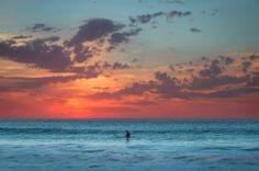 Intensificando la sencillez --------------- Fot.: GMISmith #surf #surfer #surfstyle #atardecer #sunset #playa #beach #agua #water #cielo #sky #mar #sea #sol #sun #oceano #ocean #verano #summer #calma #calm #relax #paisaje #seascape