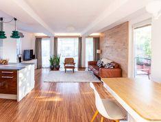 Die Dan-Küche inkl. E-Geräten ist kommunikativ in den Raum integriert. Hardwood Floors, Flooring, Real Estates, Homes, Wood Floor Tiles, Wood Flooring, Floor