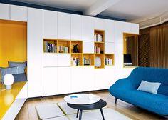 Un salon jaune et blanc avec son canapé bleu