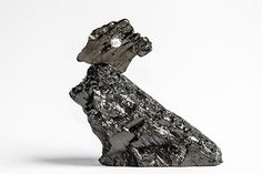 Fragments of coal with a diamond, art . UNTER DRUCK // UNDER PRESSURE // ПОД ДАВЛЕНИЕМ // 在压力下 // роскошь  бриллиант . الماس  ترف