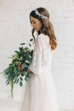 Zweiteiliges Brautkleid in Elfenbein mit Spitze und Tüllrock. Zu finden auf Etsy.