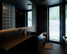 Fugenloses Bad in schwarzen in Caramor von Frescolori.