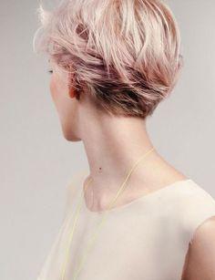 Un effet tressé  Comme sur la photo, créez une fausse tresse africaine en enroulant vos cheveux, mèche à mèche, sur un côté de la tête. Vous pouvez vous aider de pinces à chignon pour les faire tenir.