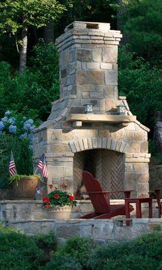 Großen gemauerten Kamin auf der Seite eine Terrasse