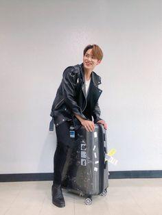 well atleast mingyu now rides his luggage with style Woozi, Mingyu Wonwoo, Seungkwan, Mingyu Seventeen, Seventeen Debut, Carat Seventeen, Vernon Chwe, Hip Hop, Kim Min Gyu