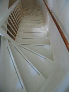 grijze antislipstrips op witte trap