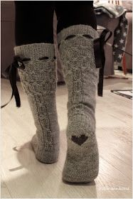 The ribbon, the cable, but most of all, the heart Koti männikössä: Harmon palmikkosukat ja ohjetta Winter Outfits, Casual Outfits, Cute Outfits, Winter Wear, Autumn Winter Fashion, Winter Socks, Looks Country, Cute Socks, Comfy Socks