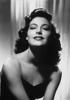 Ava Gardner - Does it get any more glamorous than this? Ava Gardner was a starlet and singer whose sense of ambition and drive took her from being a sharecropper's daughter to one of Old Hollywood's most renowned actresses. Glamour Hollywoodien, Old Hollywood Glamour, Golden Age Of Hollywood, Vintage Hollywood, Classic Hollywood, Glamour Beauty, Hollywood Cinema, Old Hollywood Stars, Hollywood Style