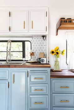 This Remodeled RV Is a Cute Bohemian Bungalow on Wheels - - This couple renovated a dated, but well-made 1986 Fleetwood Avion they found on Craigslist and named her Geraldine. Architecture Renovation, Home Renovation, Camper Renovation, Airstream Remodel, Home Design, Küchen Design, Camper Kitchen, Caravan Vintage, Vintage Trailers