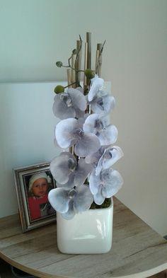 Moderní+dekorace+s+orchidejí+Celoroční+dekorace+s+orchidejí.+Výška+dekorace+58cm,délka+19cm,šířka+16cm.+Keramická+kostka+má+sv.krémovou+barvu. Vase, Home Decor, Decoration Home, Room Decor, Vases, Home Interior Design, Home Decoration, Interior Design, Jars