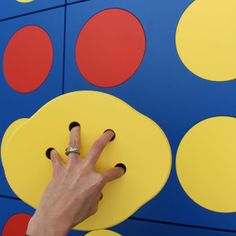 DISK36 è un originalissimo mobile contenitore che Luca Valota ha disegnato per E1+E4. I colori sono quelli del celebre gioco, blu, rosso e giallo, e anche l'obiettivo è lo stesso: mettere in fila per quattro i 36 dischi, in orizzontale, in verticale o in diagonale.
