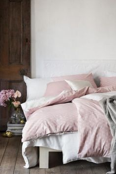 Patterned duvet cover set: Single duvet cover set with an all-over print on fine-threaded cotton in 30s yarn with a thread count of 144. One pillowcase.