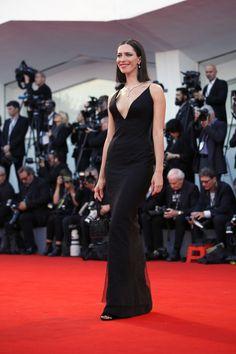 Rebecca Hall robe noire col V sexy