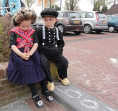 Dutch traditional costume from Staphorst Folk Costume, Past Life, Traditional Outfits, Netherlands, Dutch, Hipster, Culture, Children, People