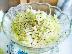 Wie du das leckere Krautsalat-Rezept einfach selber machen kannstund köstlich variierst erklären wird dir hier Schritt für Schritt.