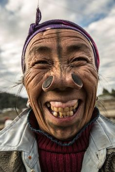 The worst place in the world to catch a cold: The Indian tribe where the woman must have 'nose plugs' fitted as rite of passage Tribes Of The World, People Around The World, Cultures Du Monde, World Cultures, Old Faces, Many Faces, Foto Portrait, Portrait Photography, Photography Tips