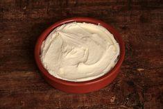 Faça o queijo mascarpone caseiro, com essa receita fácil e econômica. O queijo cremoso é perfeito para preparar tiramiussu, molhos e outros pratos.