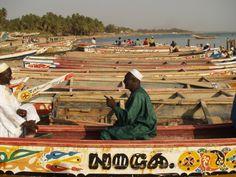 Barcos del puerto Mbour, el mayor puerto de pesca de Senegal