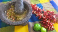 """Salsa di """"tomatillo"""" (pomodoro verde) fatta nel """"molcajete"""" (mortaio di pietra). Cucina messicana."""