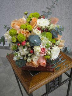 Bouquet vintage multifloral con rosas versilias , mini eucalipto, pinoquio verde y rosas bebes blancas.