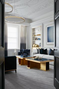 International Design and Architecture Awards 2016 Katharine Pooley awesome chandelier Most elegant light fixture. Living Room Paint, Home Living Room, Living Room Designs, Living Room Decor, Living Spaces, Kitchen Living, Top Interior Designers, Modern Interior Design, Interior Design Inspiration