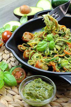 Espaguetis de calabacín y zanahoria con pesto vegano de aguacate Vegan Recipes, Cooking Recipes, Fusion Food, Sin Gluten, Paella, Guacamole, Hummus, Food And Drink, Low Carb