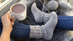 En socka som tål vardagsslit. Fingerless Gloves, Arm Warmers, Diy And Crafts, Knitting Patterns, Adidas Sneakers, Fabric, Crocheting, Tips, Threading