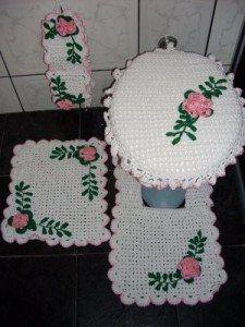 Jogo-tapetes-de-barbante-para-banheiro-Branco-com-flores-verdes-e-rosa