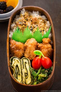 Delicious Bento Box Idea: Shio Koji Karaage Bento. In this bento box, you have golden crunchy chicken with tamagoyaki (Japanese rolled omelette) and spinach gomaae, along with fruits and grape tomatoes for a colorful lunch! #bento #karaage #japanesefood #leftovers | Easy Japanese Recipes at JustOneCookbook.com Picnic Dinner, Dinner Party Menu, Easy Japanese Recipes, Asian Recipes, Ethnic Recipes, Carrot Ginger Dressing, Japanese Fried Chicken, Picnic Foods, Asian Cooking